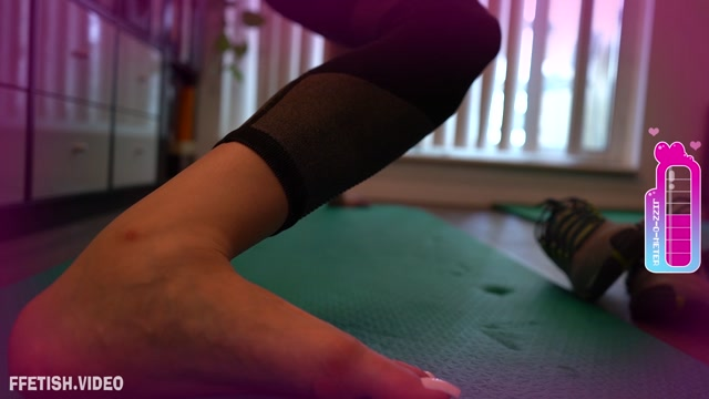 toetallydevine_-_Fantasy_of_Feet_-_Yoga_Perving.mp4.00009.jpg