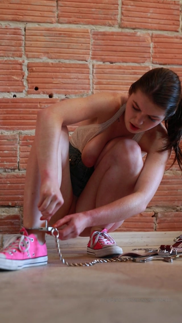 anastasiarosexxx_01-12-2019_damsel_in_distress_my_feet_are_cuffed_i_m_trying_to_escape.mp4.00002.jpg