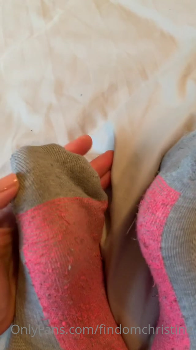 findomchristine_09-05-2020_My_smelly_gym_socks_make_you_twitch.mp4.00000.jpg