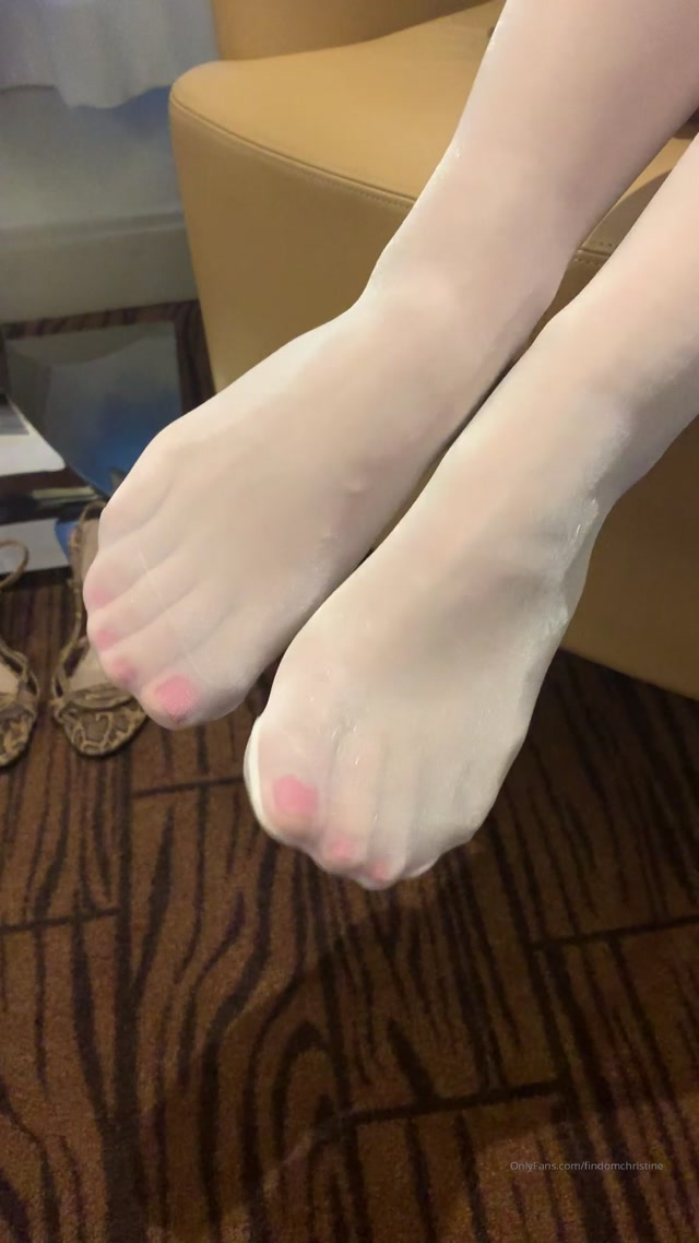 findomchristine_19-02-2020_Red_toes_in_white_stockings..mp4.00000.jpg