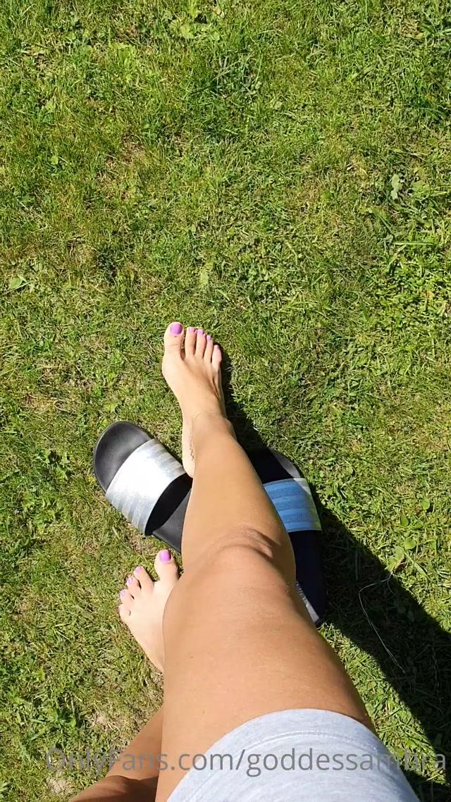 goddessambra_03-08-2020_Barefeet_on_the_soft_grass._FootFetish.mp4.00013.jpg