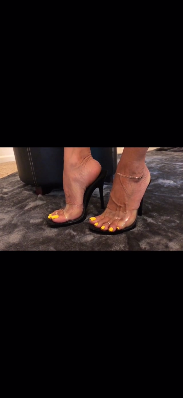 italianfootgoddess___30_10_2018_here_s_a_full_length_video_for_my_fans_listen_and_you_ll_hear_my_voice.MOV.00015.jpg