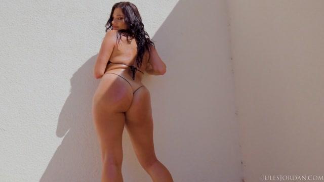 JulesJordan_presents_Mega_Booty_Newcomer_Mona_Azar_Debuts_Her_Assets___17.10.2020.mp4.00002.jpg