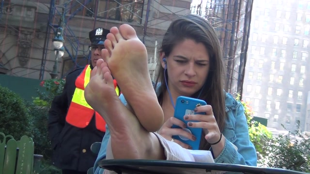 Real_Bare_Soles_-_Adorable_actress.mp4.00006.jpg