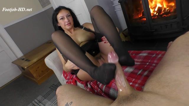 Sexy_Nylon_Footjob_By_The_Fire_-_Cassie_Clarke.mp4.00009.jpg