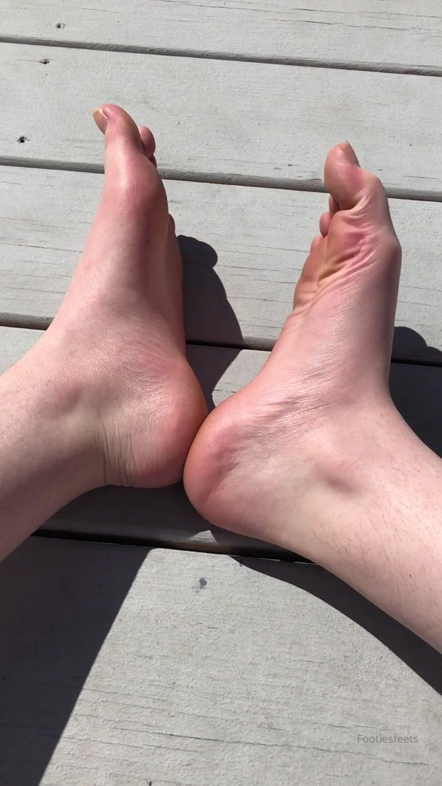 footiesfeets_21-03-2020_It_s_so_nice_out_My_big_toe_nail_is_broken.mp4.00012.jpg