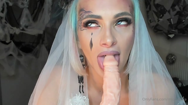 miacybella_05-11-2020_Sexy_bride_sucking_it_slop.mp4.00011.jpg