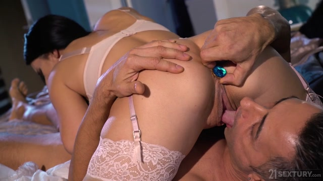 AssHoleFever_presents_Nelly_Kent_-_Bored_Wifey_No_More___12.12.2020.mp4.00003.jpg
