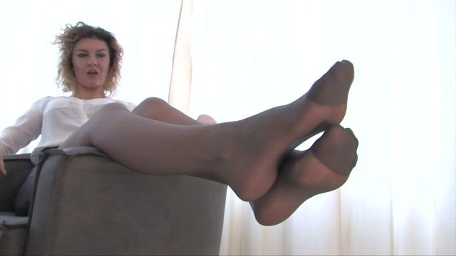 Noemi_s_World_-_Roberta_-_Curly_girl_loves_classic_reinforced_pantyhose.mp4.00000.jpg