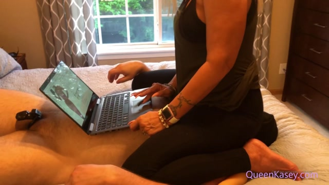 realqueenkasey_17-11-2019_Smothering_the_Slave_While_Shopping_Online.mp4.00013.jpg
