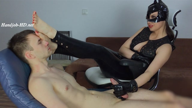 Watch Online Porn – Cat Woman Has Licked Bare Feet During Handjobs – Dominant Femine (MP4, FullHD, 1920×1080)