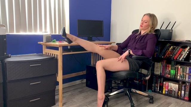 RileyReyXXX_-_Under_Desk_Slave.mp4.00006.jpg