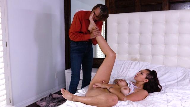 LoveHerFeet_presents_Bella_Rolland_-_My_Landlord_Licks_My_giantess_Feet_.mp4.00003.jpg