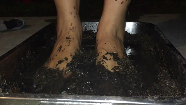 nataliefox_02-08-2019-48264034-Muddy_Feet..._Love_this_color_on_my_toes.mp4.00012.jpg