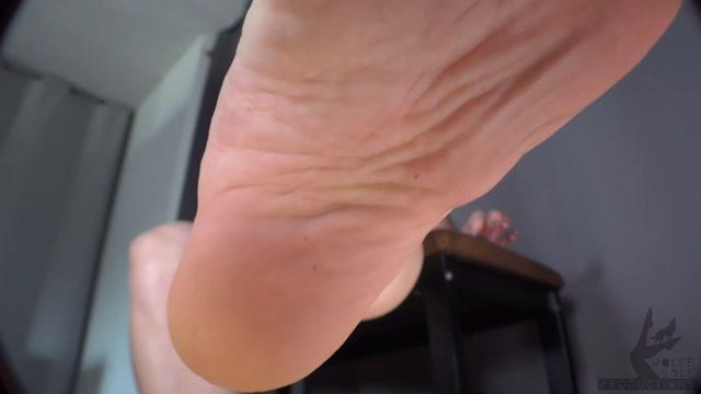 Janira_Wolfe_-_Suck_Your_Track_Coach_s_Dirty_Stinky_Feet_Clean.mp4.00013.jpg