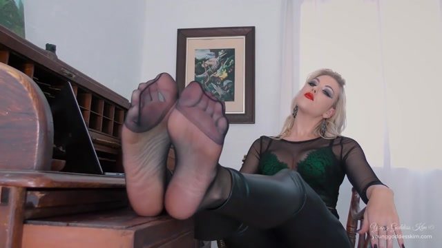 Young_Goddess_Kim_-_Pantyhose_Foot_Puppy.mp4.00005.jpg