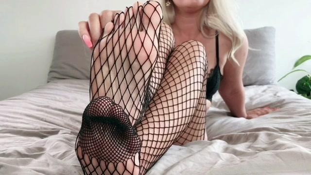 Goddess_Lucie_x_-_Fishnet_Tights_-_Goddess_Foot_Worship.mp4.00005.jpg