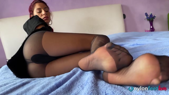 Gorgeously seductive Mayla gives you a mind blowing foot tease 00012
