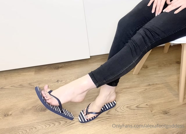 alexafootgoddess 05 12 2020 1391594539 hope you enjoy watching my feet tease you in this vid i love the feeling of my flip f 00006