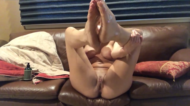 SubmissiveX 21 01 01 Ariel X Oils Up Feet And Pussy 00010